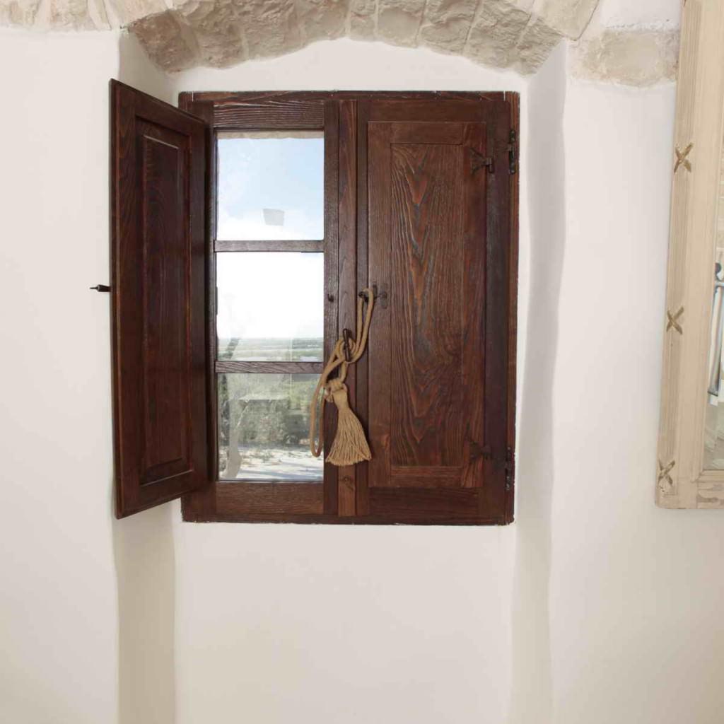 Il trullo masseria ebanisteria finestre portelloni e for Finestra legno antica